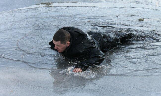 Герой дня: в Киеве мужчина чудом спас бабушку с внучкой из-подо льда, побежал не раздумывая, видео