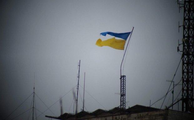 Предводители ОРДЛО в бешенстве: над Донбассом сегодня поднят голубо-желтый флаг