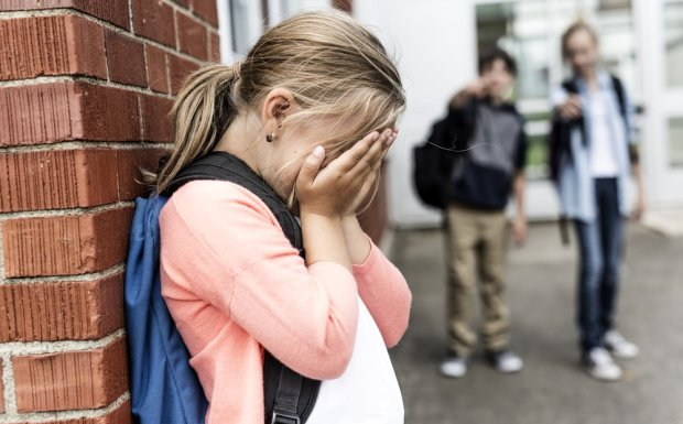 «Просила пощады на коленях»: неконтролируемые малолетки жестоко избили школьницу, украинцы готовы разорвать обидчиков