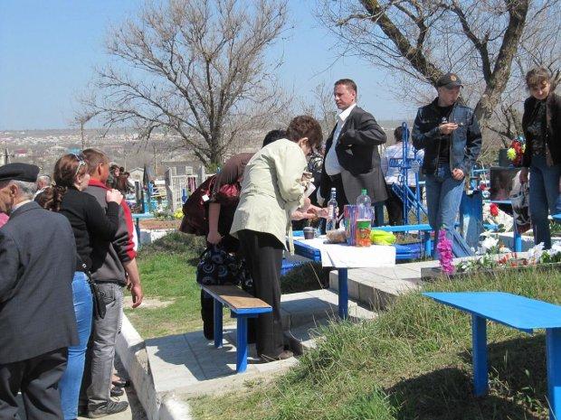 Украинская семья устроила вип-поминки: о таком появлении на кладбище гудит вся сеть, видео