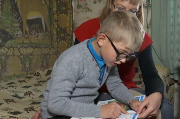 Обнимается, юбки поднимает, обзывается: в украинской школе затравили ребенка с инвалидностью