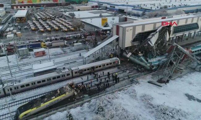 Разбросаны останки по дороге: пассажирский поезд попал в страшную аварию, количество жертв растет каждую секунду, спасатели и медики не справляются