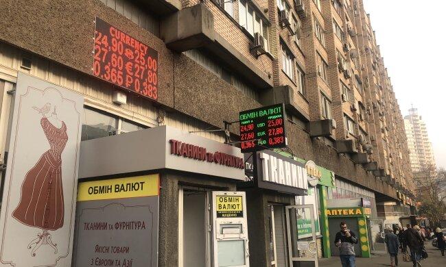 Гривна идет ко дну - доллар и евро не намерены уступать. К чему готовиться украинцам 29 февраля?