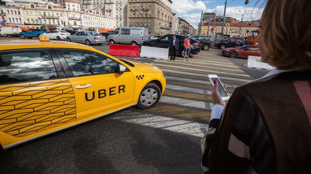 «Пусть к своим в Рашу едет. Тварь. Из-за таких в мирной стране война. Сволочь» : сеть горит от желания плюнут в лицо украинскому таксисту обожающего Россию, который «ждет своих»