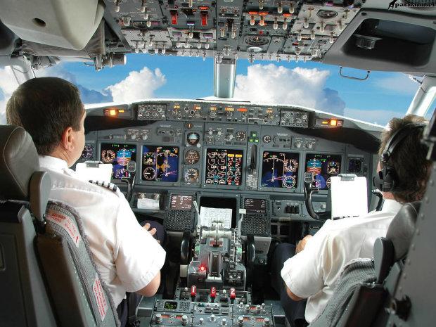 Посмотрите, что видят пилоты, когда сажают самолет
