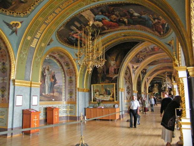 «Канонических» московских попов гонят в три шеи, украинские власти взялись за Почаевскую лавру