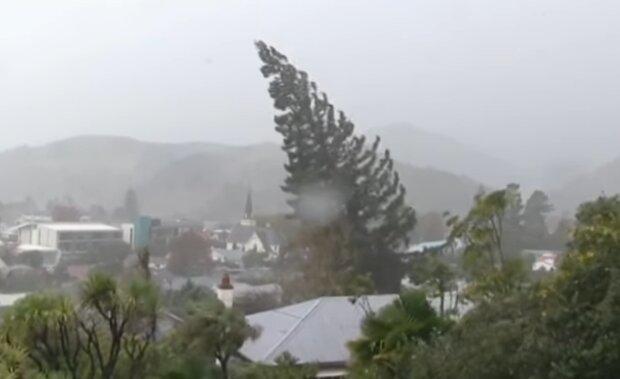 Сильний вітер в Україні.  Фото: скріншот YouTube-відео