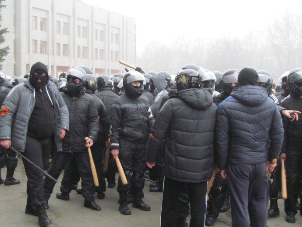 Спортивные костюмы и биты, в центре Киева молодчики безнаказанно крушат машины