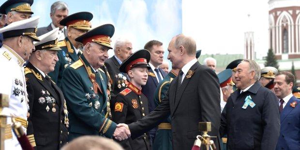 Путина высмеяли в сети за военный парад в Москве: Карлик-изгой