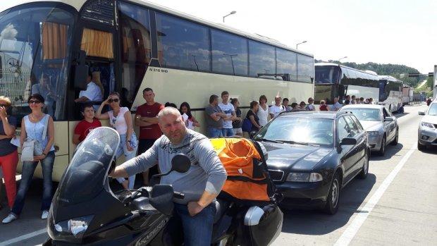 Выезды из Украины перекрыты, километровые очереди повергают в ступор, люди стоят по 10 часов: что происходит