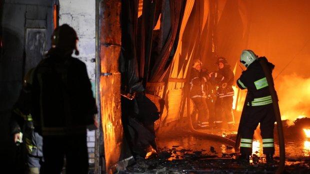 На жителей России обрушился огненный ад: пламя стоит стеной, идет экстренная эвакуация, кадры бедствия