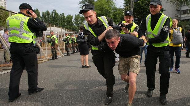 В Киеве неспокойно, оцеплен нарядами полиции, проверяют каждого: что происходит