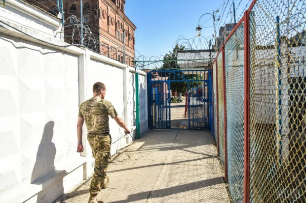 Дом станет тюрьмой: Украина переходит на электронные браслеты для заключенных вместо камер СИЗО