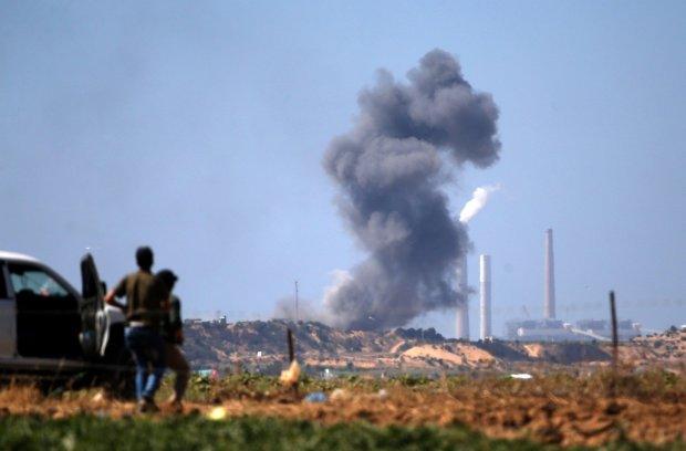 Это самый сильный обстрел Израиля! Палестинцы атаковали три города и продолжают прорываться дальше, запущены сотни ракет. Израиль считает пострадавших и отвечает авиаударами.