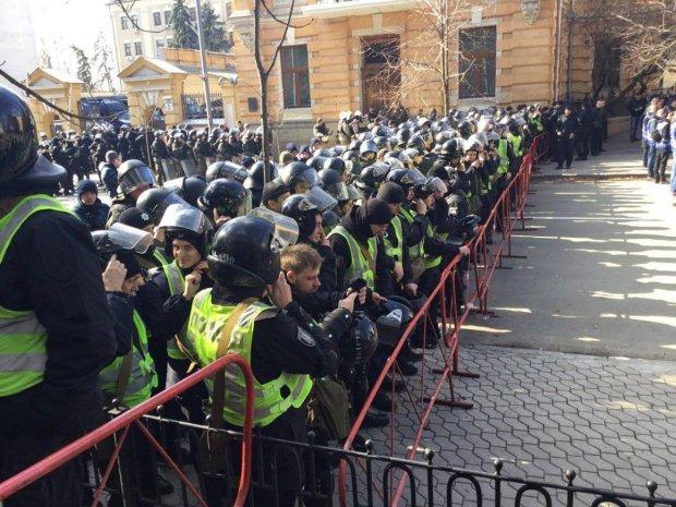У Порошенко нещадно приструнили Нацкорпус за побоище в Черкассах: Воевать — на фронт