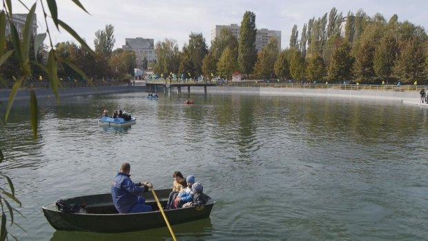В Киеве мужчина отважно бросился в озеро, увидев тонущего ребенка: спасатели в шоке, не ожидали такого героизма
