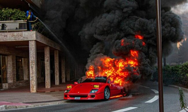 Редчайшая Ferrari F40 вспыхнула прямо на дороге - так горит миллион долларов, видео