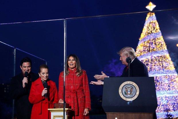 Мелания Трамп напугала американцев «кровавыми елками» и стала рождественским мемом