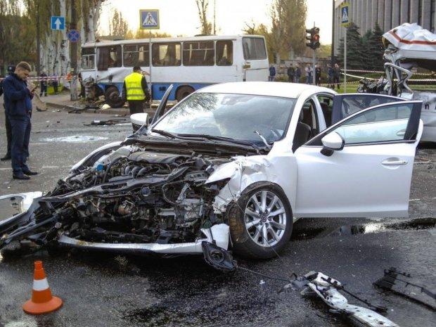 Военный автобус врезался в «люксовый» Mercedes в центре Киева: «Летела на красный», фото и детали ужасного ДТП
