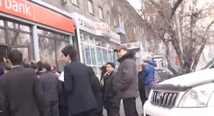 Россияне массово забирают деньги из банков: заявление Путина стало последней каплей