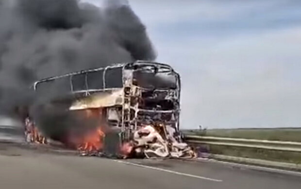 Горящий автобус. Фото: скриншот YouTube-видео.