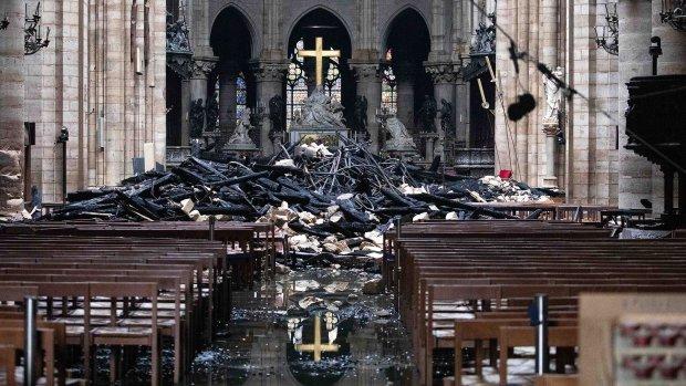 Украинцы торгуют останками сгоревшего Нотр-Дама: «снимает проклятие и порчу»