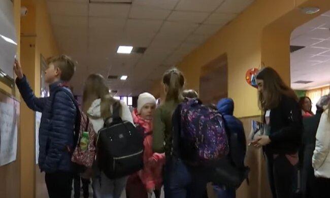 Школьников младших классов вернут за парты. Фото: скриншот YouTube-видео
