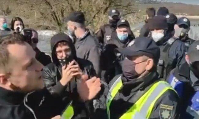 """Гидропарк оцепила полиция: особенно активных """"запаковали"""""""