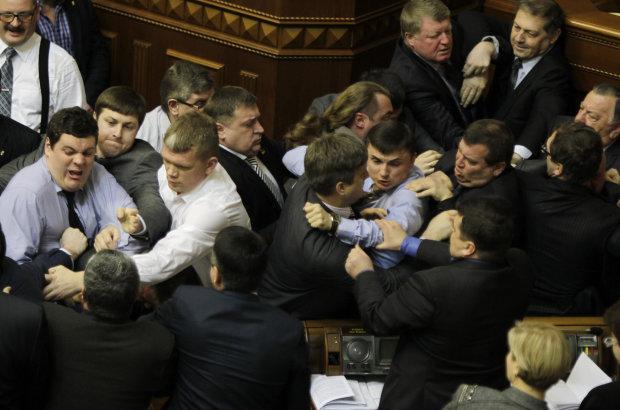 Стенка на стенку: депутаты начистили друг другу морды в парламенте: видео