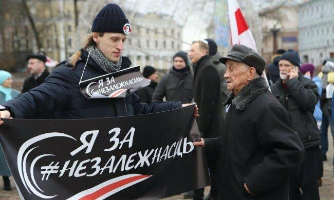 Митингующие пришли к посольству России в столице: силовики выстроились кольцом, назревает противостояние