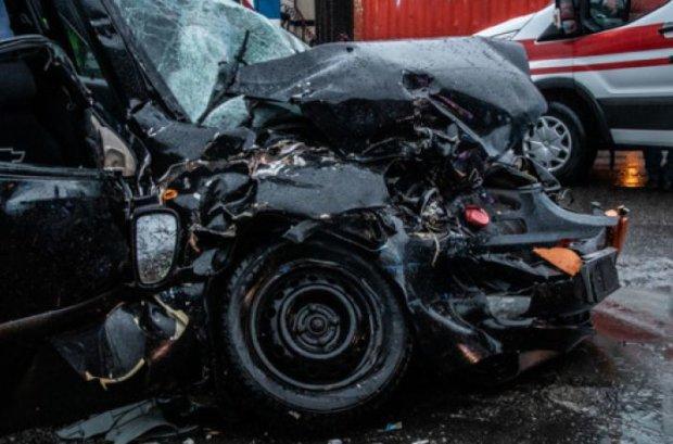 Лоб в лоб: грузовик смял легковушку, как консервную банку, много пострадавших