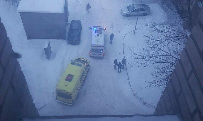 Женщина выпала с 9 этажа, встала и пошла по делам, момент попал на видео