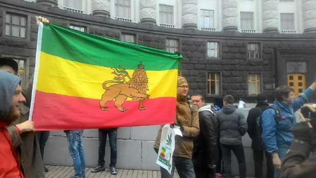 Безобразие! В центре Киева раздают наркотики