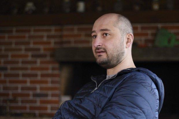 """Бабченко красиво ответил кремлевским пропагандистам на фейки о своем бегстве: """"подарю книгу """"Как не быть долб**бом"""""""