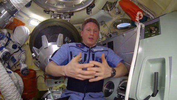 Астронавт показал, что происходит с медом в невесомости: настоящее безумие