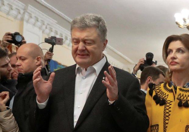 «Как вам не стыдно?»: Порошенко накинулся на украинца на глазах у всей толпы, позорное видео