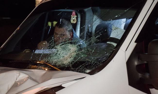 «Урод, сволочь»: блондинка вышла из себя и изувечила кабриолет топором. Украинцы не могли оторвать глаз от этой бойни
