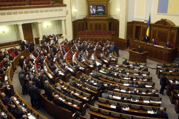 Верховная Рада проголосовала за введение военного положения