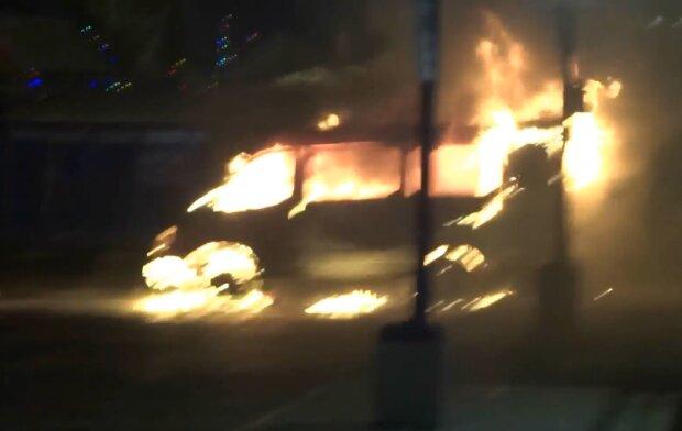 Пожар маршрутки. Фото: скриншот Youtube-видео