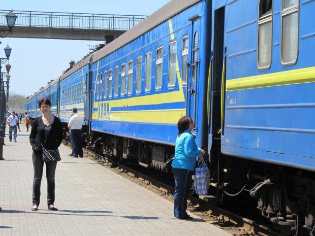 """Укрзализныця устроила пассажирам ледяной душ: """"замерзли и промокли до нитки"""", скандальные кадры"""