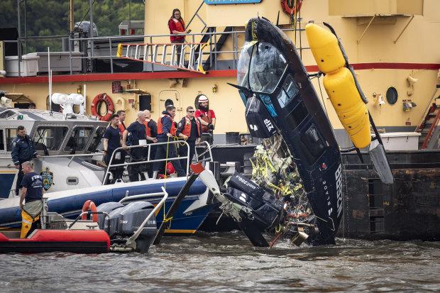 """Крики и мольбы о помощи: вертолет рухнул на землю, """"пришлось вырезать из кабины"""""""
