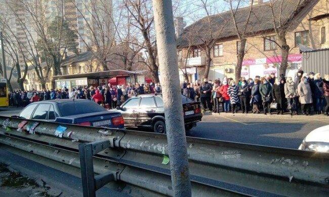 ДТП, забитые маршрутки и километровые очереди. Во что превратился Киев после закрытия метро на карантин