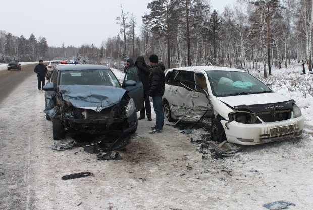 Разбросанные куски авто, парализованное движение и рекордные пробки: волна чудовищных ДТП ударила по Украине с гигантской силой