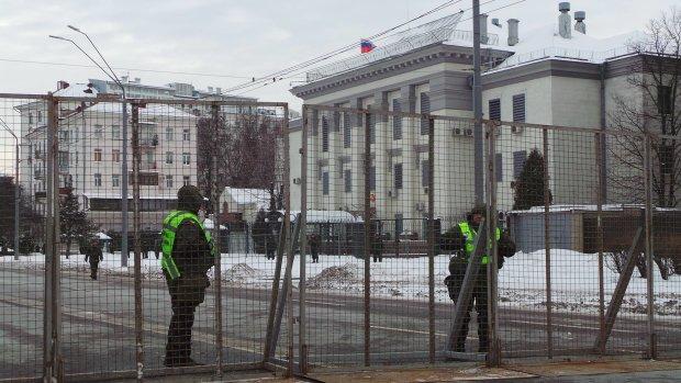 Украинцы выпустили пар, посольство России оказалось под огнем, камни с неба уже были