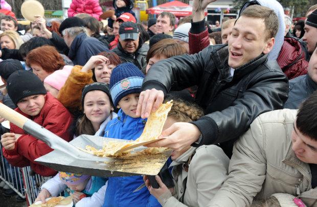 Голодные россияне опозорились «звериным» празднованием Масленицы, в сети вопят от смеха: «холопам подобает на коленях милостыню принимать»