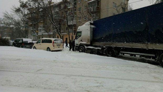 Киев погрузился в транспортный ад, пробки 10 баллов, мосты перекрыты, водители планируют ночевать в машинах