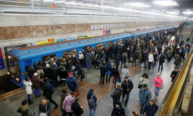 Нерабочие автоматы и огромные очереди: нахальство работников киевского метро довело украинцев до бешенства, это просто унизительно