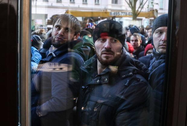 Украинцы массово штурмуют военкоматы, давка нереальная, таких очередей нет даже на распродажах: первые подробности с места событий
