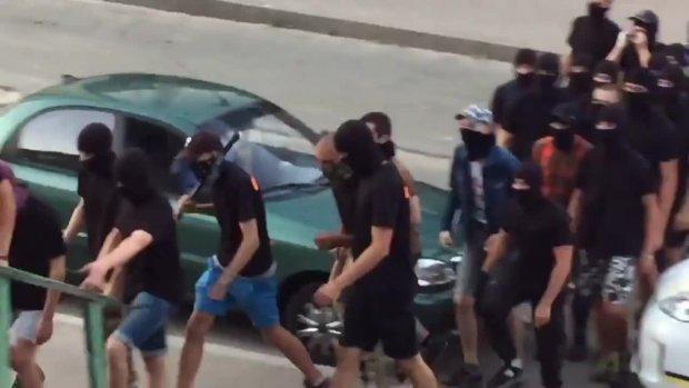 «Стенка на стенку»: в центре Николаева подрались 100 человек