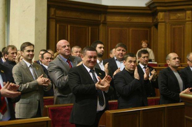 «Под зданием паразиты и бандиты»: депутаты плюнули в лицо протестующим и приняли нахальный закон